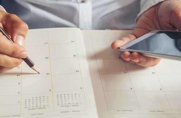 Writing in calendar while referencing smartphone